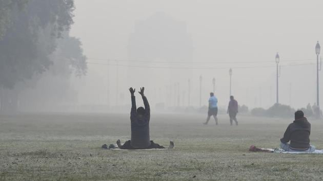 A man exercises at India Gate amid rising air pollution in New Delhi on Thursday.(Arvind Yadav/HT PHOTO)