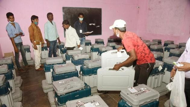 Election officers check Electronic Voting Machines (EVM) and Voter Verified Paper Audit Trail (VVPATs) ahead of the second phase of Bihar Assembly election at Bankipur Girl's High School, in Patna (Photo by Santosh Kumar/ Hindustan Times)