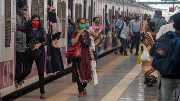 Commuters disembark from a local train at Chhatrapati Shivaji Maharaj Terminus in Mumbai on October 21. Maharashtra has reported 293,960 cases and 7,249 deaths in October against 591,905 cases and 12,079 deaths in September. The state had reported 370,423 cases and 9,589 fatalities in August. (Pratik Chorge / HT Photo)