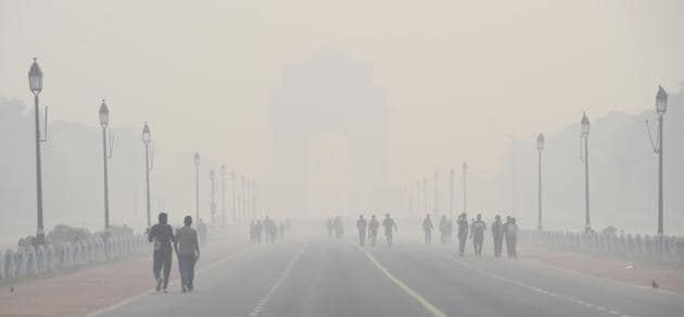 Stubble burning accounted for 16 per cent of Delhi's pollution on Monday and 40 per cent on Sunday, the maximum so far this season.(Arvind Yadav/HT PHOTO)