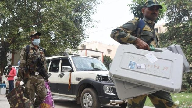 VVPAT and EVM machines prepared being dispatched under the watch of security personnel from a distribution centre ahead of the second phase of Bihar assembly election, at B.S. College, Danapur in Patna, Bihar, India on Monday November 02, 2020.(Photo: Santosh Kumar/ Hindustan Times)