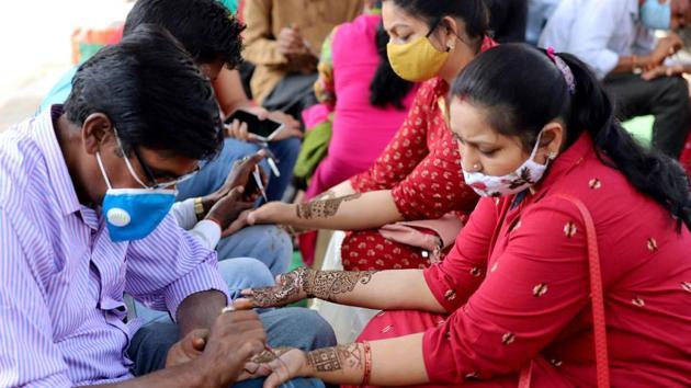 Prayagraj: Women get heena applied on their hands ahead of 'Karwa Chauth' festival in Prayagraj, Tuesday, Nov. 3, 2020.(PTI)