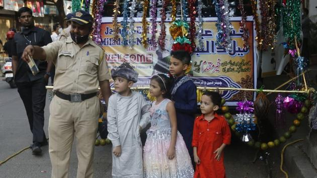 A Mumbai Police personnel takes a selfie with kids on occasion of Eid-e-Milad outside at Byculla in Mumbai on October 30. Between November 2 and 3, 58,323 patients were discharged from hospitals or completed their home recuperation, HT reported. (HT Photo)