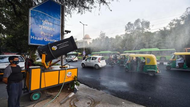 An anti-smog gun sprays water to control air pollution, at ITO in New Delhi on November 3.(PTI)