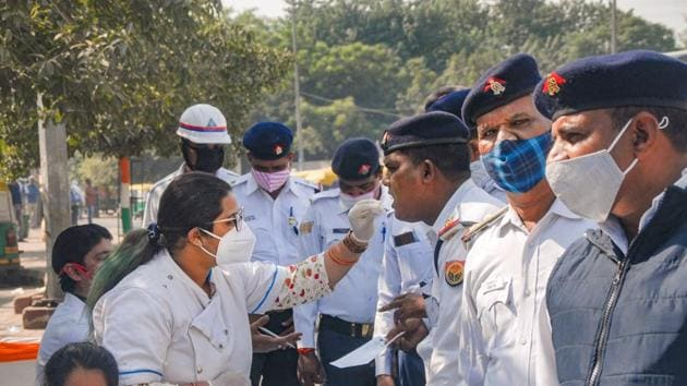 Traffic police personnel give samples for Covid-19 tests, at a camp in Noida.(PTI)