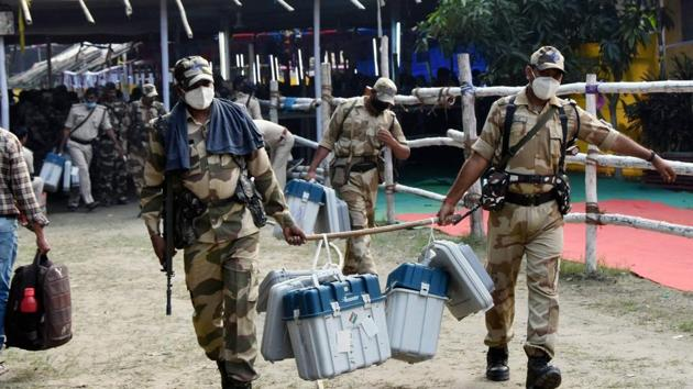 Security personal carrying EVMs and VVPAT machines leave for polling booths from a distribution centre ahead of the third and final phase of Bihar Assembly elections in Hajipur on Friday.(PTI Photo)