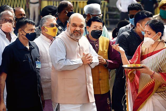 Home Minister Amit Shah (C) arrives at the Dakshineswar Kali temple on the outskirts of Kolkata on November 6, 2020.(AFP)