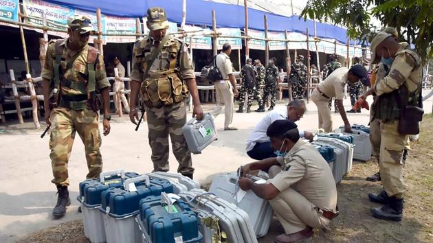 Security personnel tying the EVMs and polling materials to be distributed to polling officials from one of the distribution centers set up for the third phase of the ongoing Bihar Assembly Election, in Muzaffarpur on Friday.(ANI Photo)