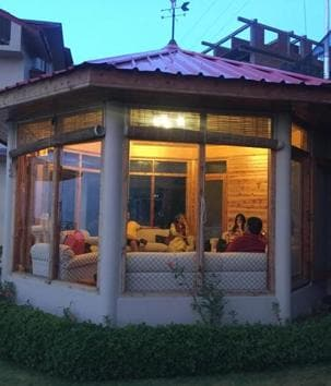 Tourists enjoying themselves at a homestay in Kotgarh village in Shimla.(HT Photo)
