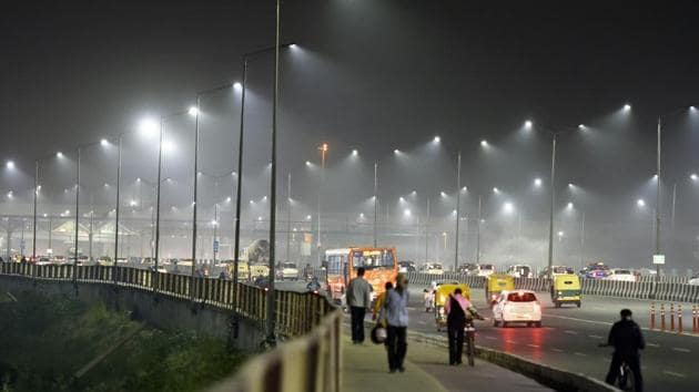 """Pedestrians and vehicular traffic near Akshardham Temple on a hazy evening in the capital on November 7. Over the last 10 days, the national capital region has seen a sharp spike in air pollution levels. According to the Central Pollution Control Board's (CPCB), Delhi's overall air quality index (AQI) remained in the """"severe"""" category recorded at 426 on November 8. (Sanjeev Verma / HT Photo)"""