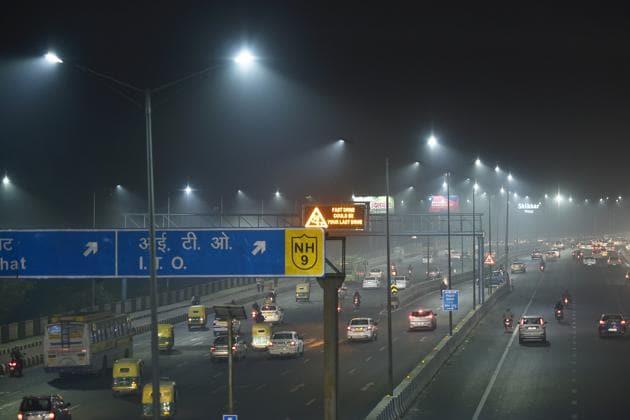 Vehicles on road near Akshardham Temple on National Highway 24 (NH24) on a hazy day in New Delhi on November 7, 2020.(Sanjeev Verma /HT PHOTO)