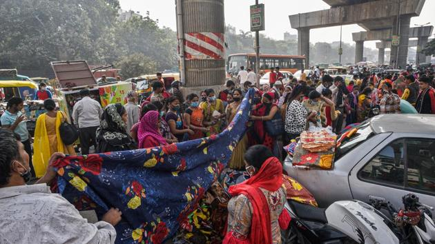 People flouting social distancing norms while shopping at a roadside market in Inderlok, New Delhi on November 5. The IMA's statement came on day the number of active cases or those with current Covid-19 infections crossed the 40,000 mark for the first time in the city. (Biplov Bhuyan / HT PHOTO)