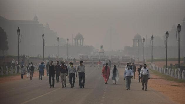 """People out at Rajpath on a smog ridden afternoon due to rising pollution in New Delhi on November 9. The NGT ban comes in the wake of Delhi's pollution levels rising at alarming levels and staying put in the """"severe"""" quality for days now. (Raj K Raj / HT Photo)"""