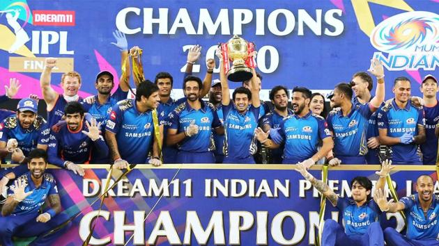Players of Mumbai Indians with the IPL 2020 trophy(IPL/Twitter)