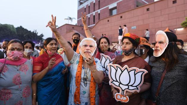 BJP supporters in a celebratory mood after counting for the Bihar assembly election showed leads for the NDA, at the party headquarters in New Delhi.(Arvind Yadav/HT PHOTO)