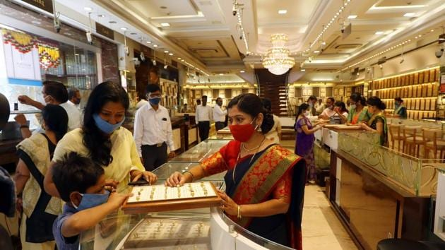 People buy gold from a jewellery store in Pune.(Rahul Raut/HT File Photo)