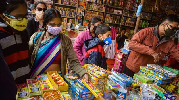 Last week, state environment minister Parimal Suklabaidya told journalists the government was against a blanket ban on the sale and bursting of firecrackers during Diwali.(PTI)