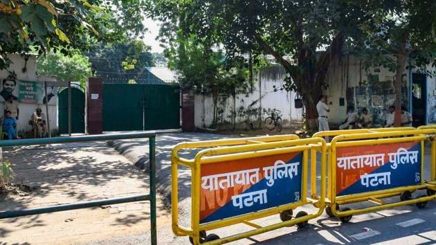 Barricades outside the residence of Rashtriya Janata Dal (RJD) leader Tejashwi Prasad Yadav, after the NDA garnered a majority in the Bihar Assembly polls, in Patna, Wednesday.(PTI)