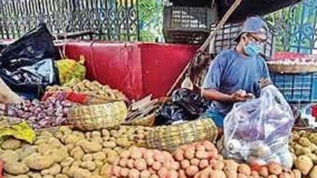 Combined (rural and urban) food price inflation rose 11.07% in October on the back of costlier onions, potatoes and other vegetables, up from 9.73% in September, the data showed. (HT Photo)