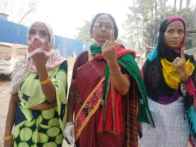 Mahagathbandhan candidate Shashi Yadav shows her finger marked with indelible ink after casting their vote during the second phase of Bihar Assembly election at Chitkohra in Patna, Bihar.(Santosh Kumar/ Hindustan Times)