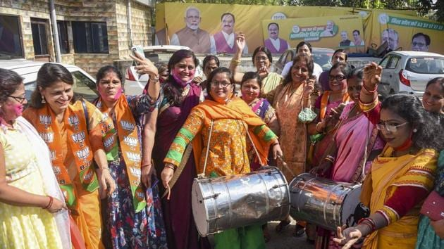 BJP workers celebrate after NDA's victory in Bihar Assembly elections, in Patna.(PTI)