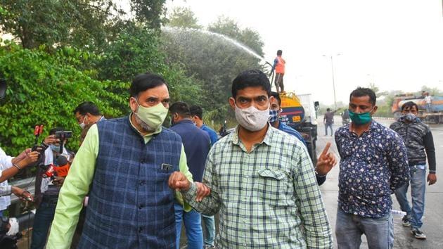 Delhi environment minister Gopal Rai inspects water being sprayed on trees as a pollution control measure, near Raj Ghat Bus Depot, in New Delhi.(Amal KS/Hindustan Times)