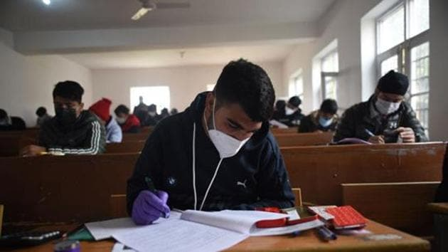 A section of parents also expressed apprehension over starting classes for 9-12 since the pandemic had not faded yet and extent to which students could adhere to measures against the spread of virus in schools.(Waseem Andrabi/HT Photo. Representative image)