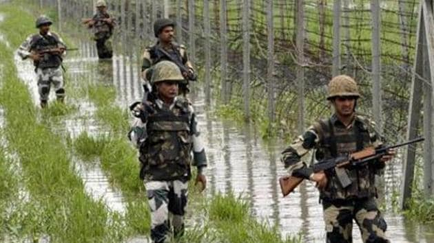 The officials said Pakistan Army also fired towards Indian positions in Uri sector of Baramulla district.(Nitin Kanotra / Hindustan Times file photo)