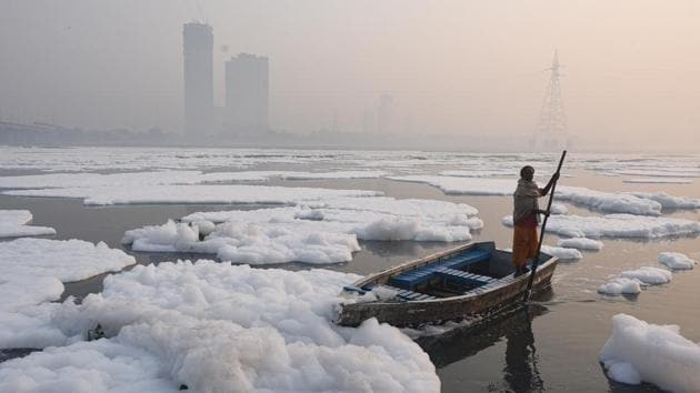 A man rows a boat in the heavily polluted Yamuna river at Kalindi Kunj in New Delhi on November 13. Despite the deterioration over the weekend, the IMD forecasts a favourable change in the direction of winds and their speeds from November 16. (Biplov Bhuyan / HT Photo)