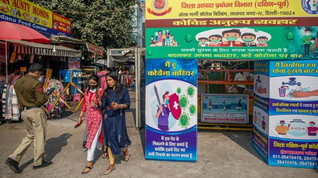 Signs for social distancing, sanitizing and wearing masks put up at Lajpat Nagar market in New Delhi on November 13. In a press briefing on November 13, Delhi CM Arvind Kejriwal expressed concern over the current spike in Covid-19 cases in the national capital and said that pollution is a contributing factor in the spike in the coronavirus disease cases. (Prashanth Vishwanthan / Bloomberg)