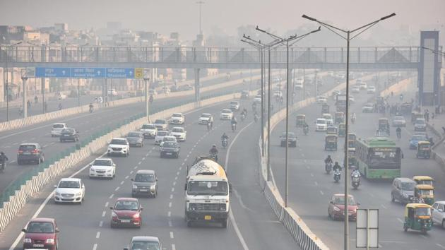 Vehicles ply on NH-24 road amid heavy smog in New Delhi on November 13. A committee headed by NITI Aayog member Dr VK Paul had earlier predicted that Delhi could see around 15,000 cases a day during the winter, HT reported. (Raj K Raj / HT Photo)