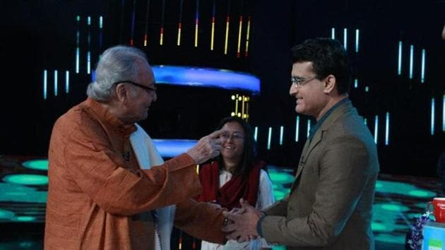 Soumitra Chatterjee (L) with Sourav Ganguly(Twitter/Sourav Ganguly)