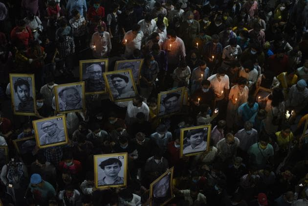 A large crowd, with several carrying portraits of Soumitra Chatterjee on Sunday, takes part in the funeral procession of the actor who passed away aged 85 in Kolkata.(Samir Jana/HT PHOTO)