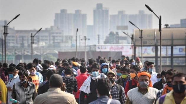 """A rush of people travelling ahead of Chhath Puja, at Anand Vihar ISBT on November 18. Favourable meteorological conditions and the reduction of farm fires in recent days have helped the capital breathe better, improving upon the """"severe"""" AQI reading of 435 that was recorded on November 15, just a day after Diwali. (Sanchit Khanna / HT Photo)"""
