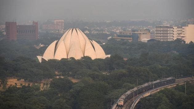 A metro train passes Lotus Temple in the afternoon at Kalkaji in New Delhi, India, on November 18. V K Soni, the head of the India Meteorological Department's (IMD) environment research centre, told PTI that northwesterly winds had increased the contribution of stubble burning to Delhi's pollution slightly on November 18. (Amal KS / HT Photo)