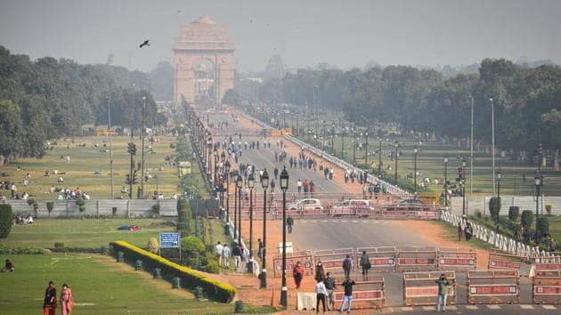 """A view of India Gate in New Delhi on what remained a hazy day on November 18. Delhi's air deteriorated marginally and slipped into the """"poor"""" category on November 18, according to the Central Pollution Control Board bulletin, despite beginning the day in the """"moderate"""" category. The Air Quality Index (AQI) stood at 180 at 6am and had dropped to 211 by 4pm. (Sanchit Khanna / HT Photo)"""