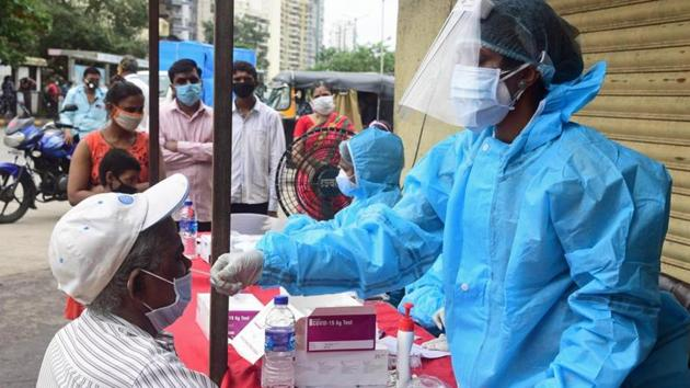 Health department teams will be placed at Delhi-Noida road borders and at Metro stations in Noida for conducting rapid antigen test on randomly selected commuters.(HT PHOTO)