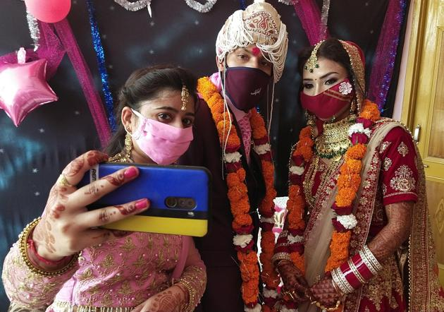 Bride and groom wearing face masks have been a common sight at weddings during the pandemic.(Photo: Sameer Sehgal/HT (Photo for representational purpose only))
