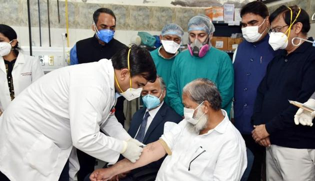 Haryana health minister Anil Vij being administered a trial dose of indigenous coronavirus vaccine, Covaxin, in Ambala on Friday.(HT Photo)