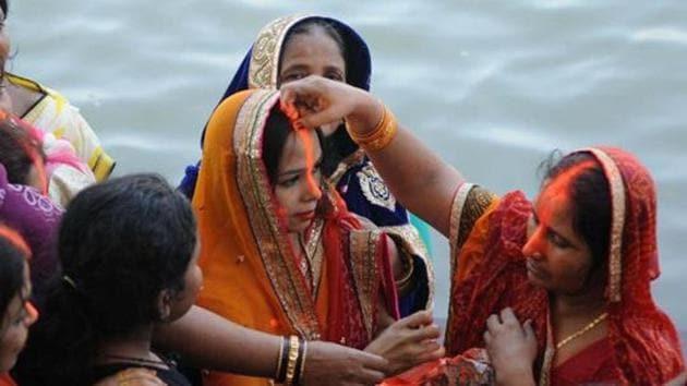 Kolkata: Devotees celebrating Chhath Puja on the bank of Hooghly river.(Subhankar Chakraborty/HT PHOTO)