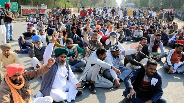 Farmers raise slogans as they stage a protest on the NH 54 over non-supply of Urea, in Bathinda.(PTI)