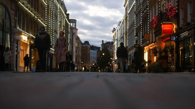 Pedestrian pass shops in central London, UK., on Monday, Nov. 23, 2020.(Bloomberg)