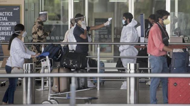 Passengers queue as they arrive to catch domestic flights at Chhatrapati Shivaji Maharaj International Airport.(Satyabrata Tripathy/HT Photo)