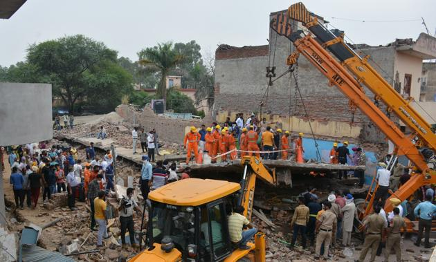 Rescuers look for bodies in the rubble of a building that collapsed in Dera Bassi on September 24. A report from the sub divisional magistrate Kuldeep Singh Bawa has revealed that the building owner had hired unskilled labourers for construction work in the building.(HT file photo)