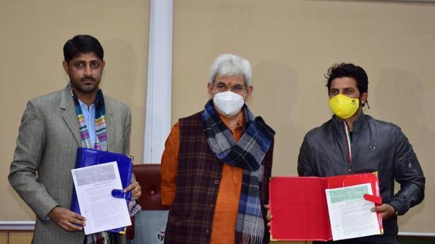 Jammu Kashmir's Lieutenant Governor Manoj Sinha with former cricketer Suresh Raina(Twitter)