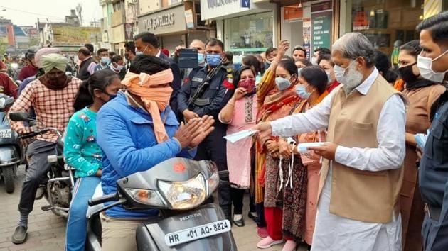 Haryana health minister Anil Vij distributing masks in Ambala on Monday.(HT photo)