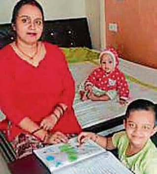 Amit Srivastava's daughter Saani with her mother Poonam at their Navi Mumbai residence.(HT)