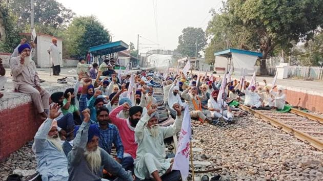The Kisan Mazdoor Sangharsh Committee has refused to budge from its stand on clearing rail tracks for passenger trains till the farm laws issue is resolved(HT Photo)