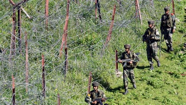 The four terrorists had help from a Pakistani spotter, perhaps a Ranger, on the other side of the border to guide the operatives when to safely move out of the tunnel, people familiar with the development said.(HT photo/Nitin Kanotra)