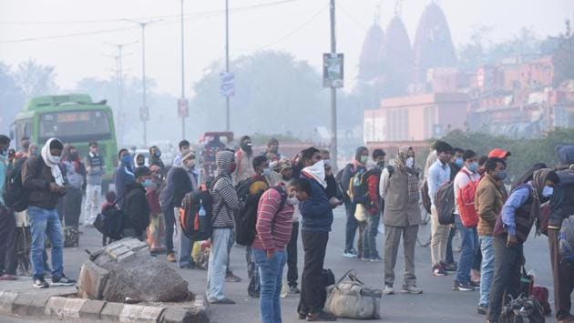 Commuters wait for DTC buses outside Red Fort in New Delhi on November 24. According to Srivastava, air quality in Delhi may improve slightly only around November 27-28 when wind speed is likely to pick up again after the passing of the western disturbance. (Arvind Yadav / HT Photo)